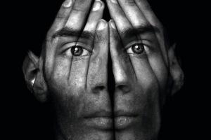 Bilinçaltıyla veya aşkın deneyimlerle karşılaşmak, yeterince gelişmemiş olan egoyu çatlatarak psikozla sonuçlanabilir